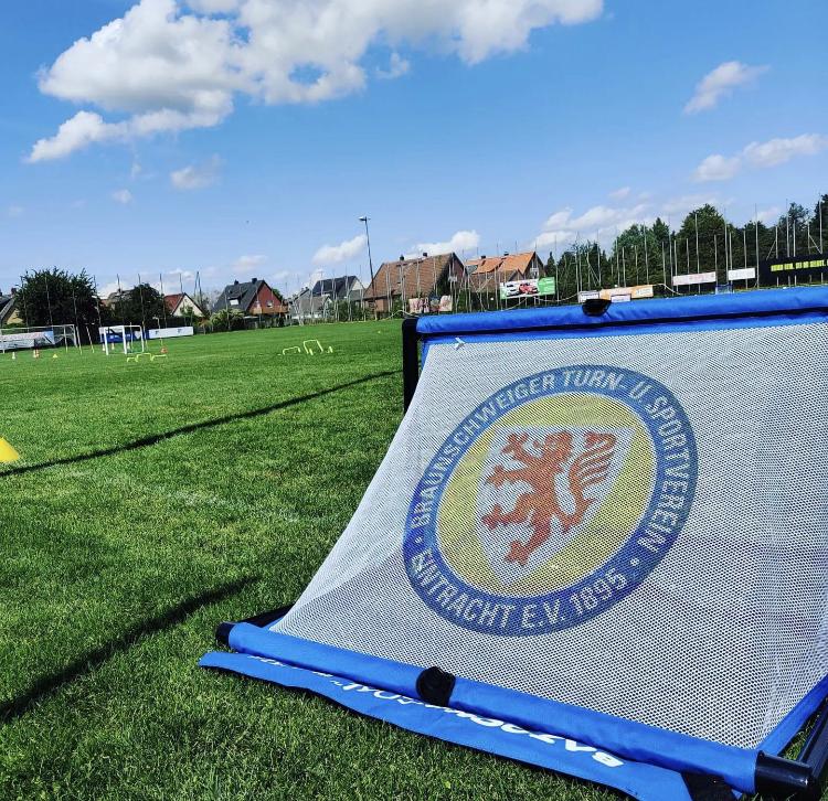 Read more about the article Noch freie Plätze für unser Eintracht Braunschweig Fußballcamp
